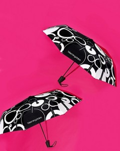 umbrella 239x300 Bloomingdale GWP: Foldable Umbrella